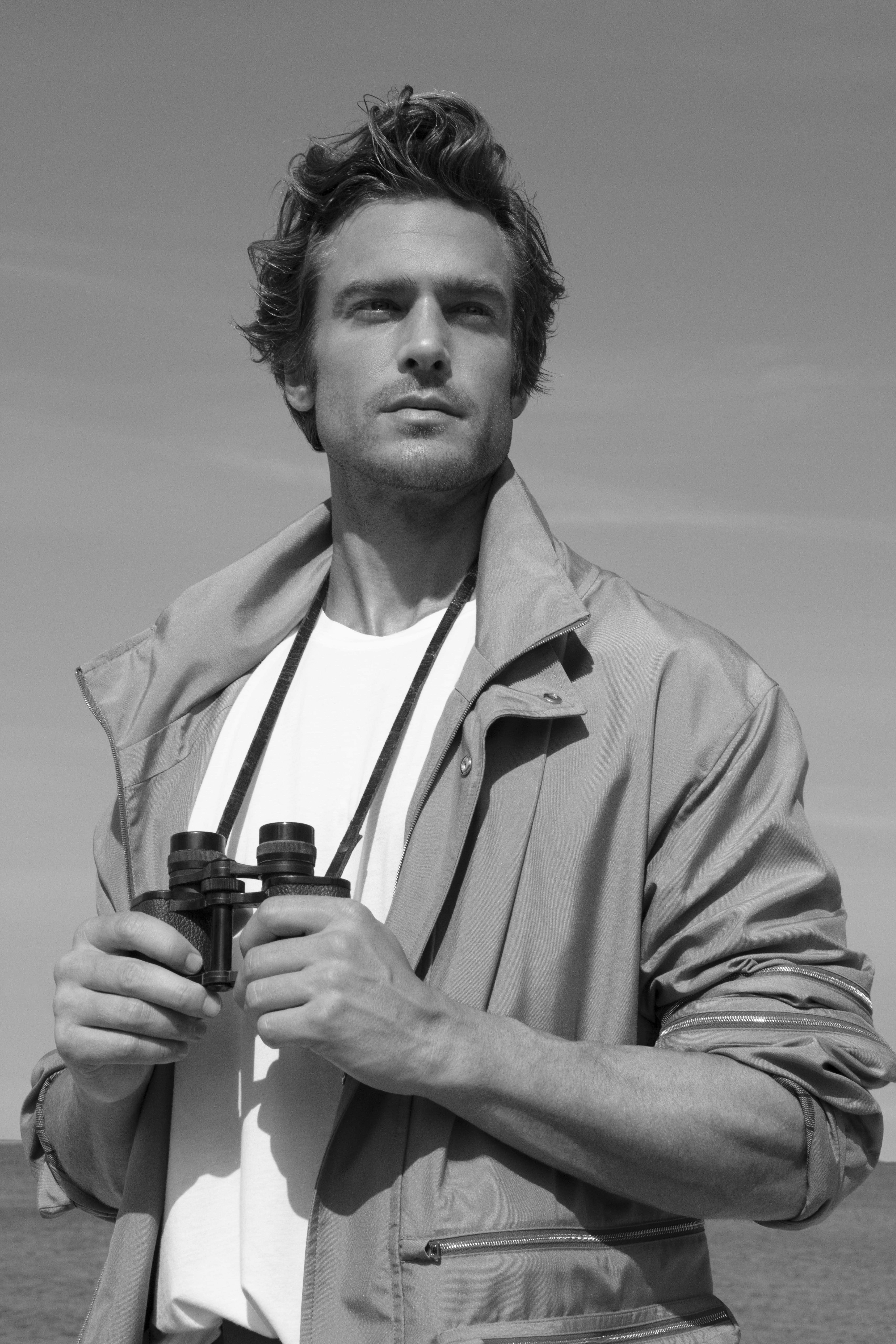 Jason Morgan indossa Parka, ERMENEGILDO ZEGNA XXX; T-shirt, BRUNELLO CUCINELLI.