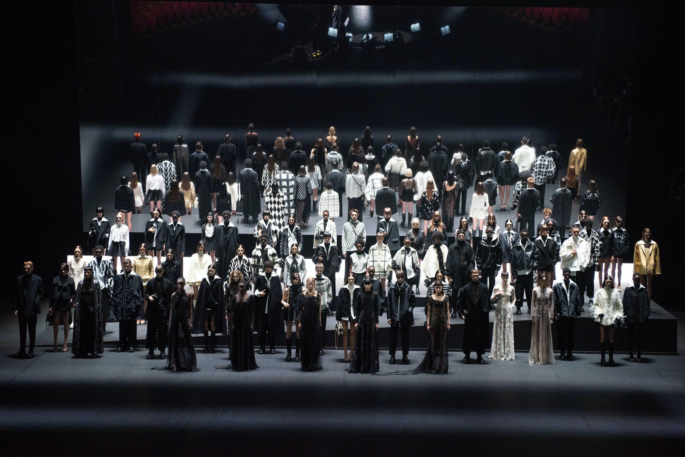 Nella foto il finale della collezione al Piccolo Teatro di Milano. Valentino diventa fur-free e concluderà l'era di REDValentino nel 2023