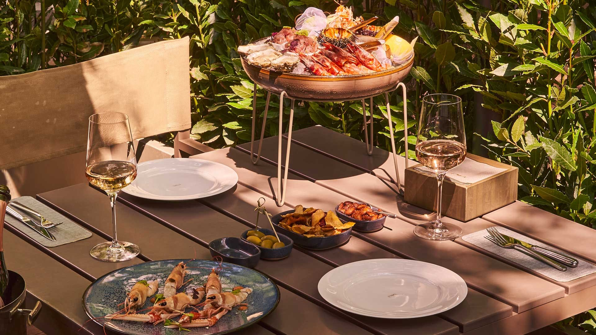 Nella foto un immagine di un ristorante all'aperto con la tavola bandita