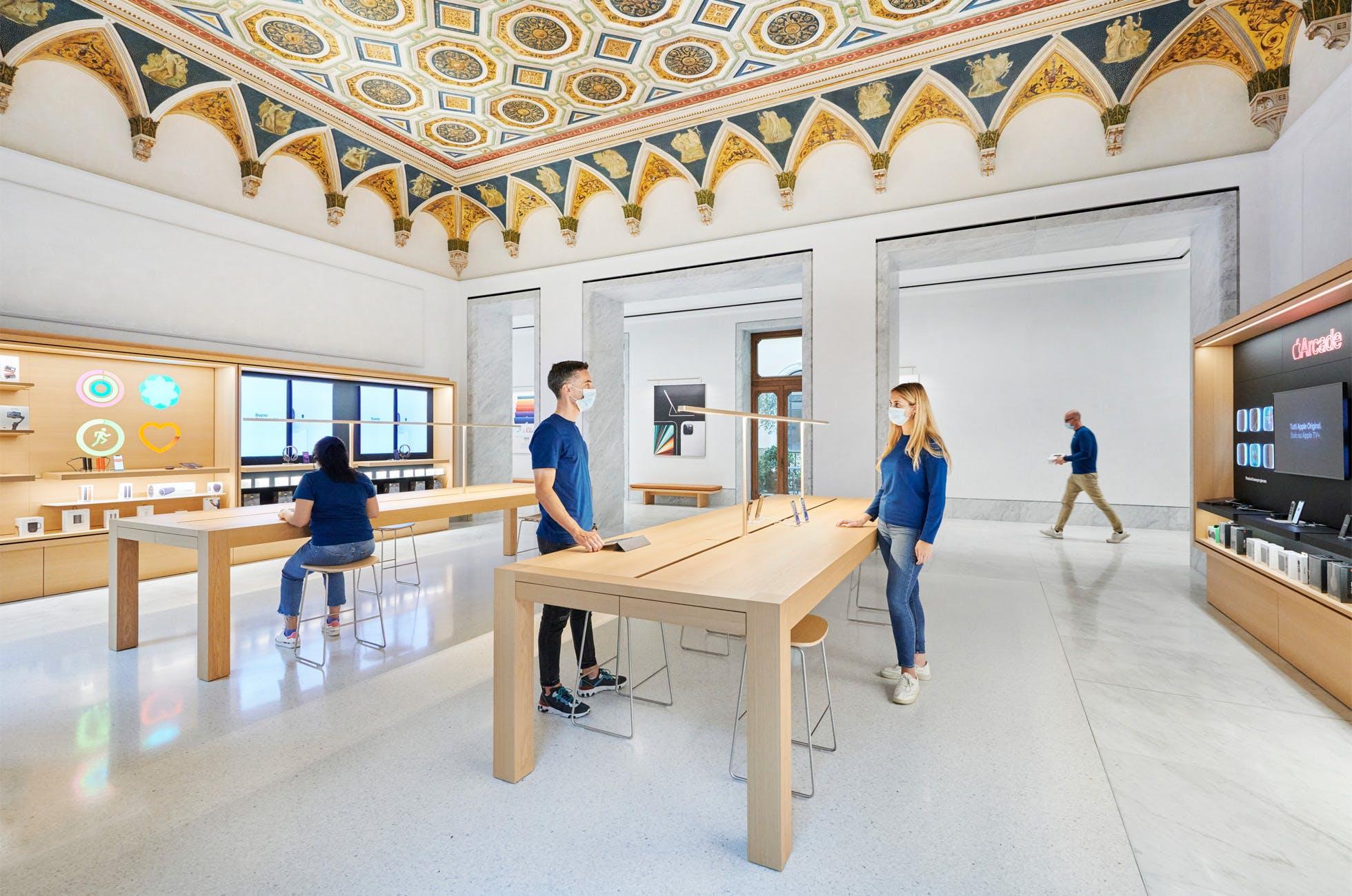 Una foto del nuovo Apple Store in Via del Corso a Roma
