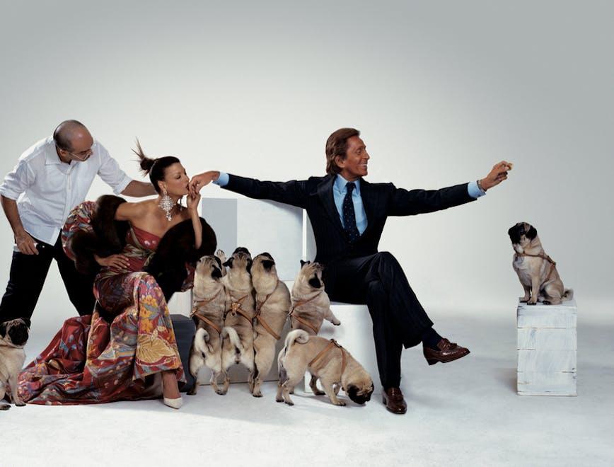 Valentino con Linda Evangelista e i cani carlini posano davanti all'obiettivo di Jean Paul Goude