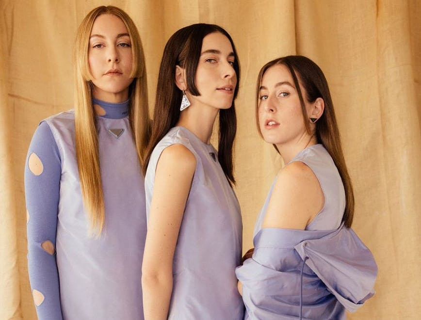 Il gruppo Haim, tre sorelle fashioniste posano ai Grammy Awards 2021 in total look Prada