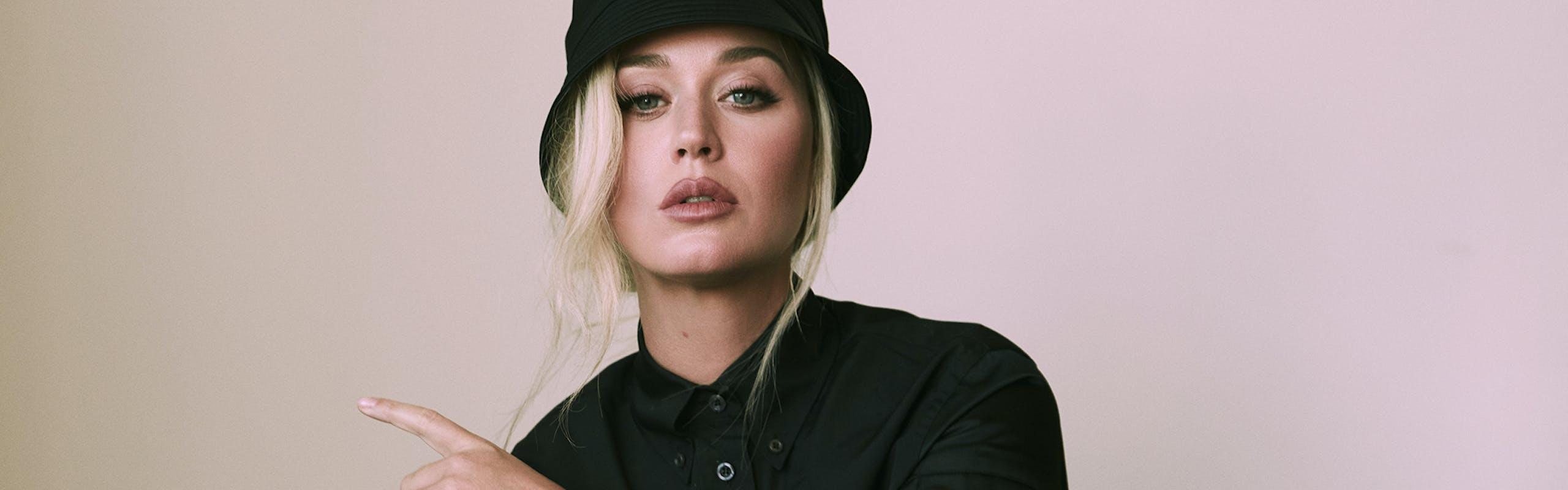 Nella foto Katy Perry fotografata da Greg Swales per L'OFFICIEL Italia Summer 2021. Abito, scarpe, cappello e calze PRADA.
