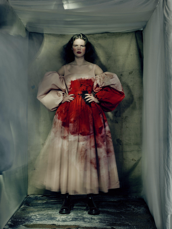 Nella foto un look di Alexander McQueen la collezione donna Autunno Inverno 2021