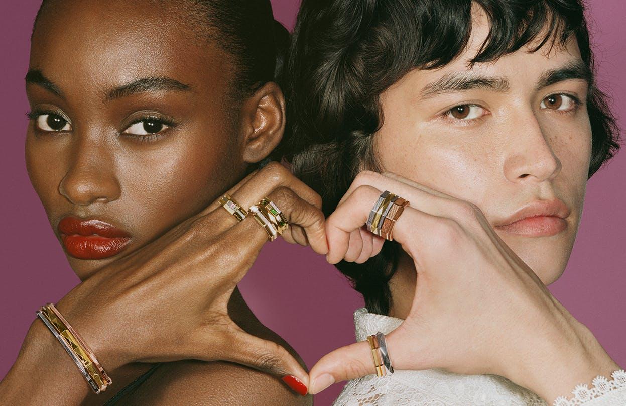 modelli creano un cuore con le mani mentre indossano i gioielli Gucci