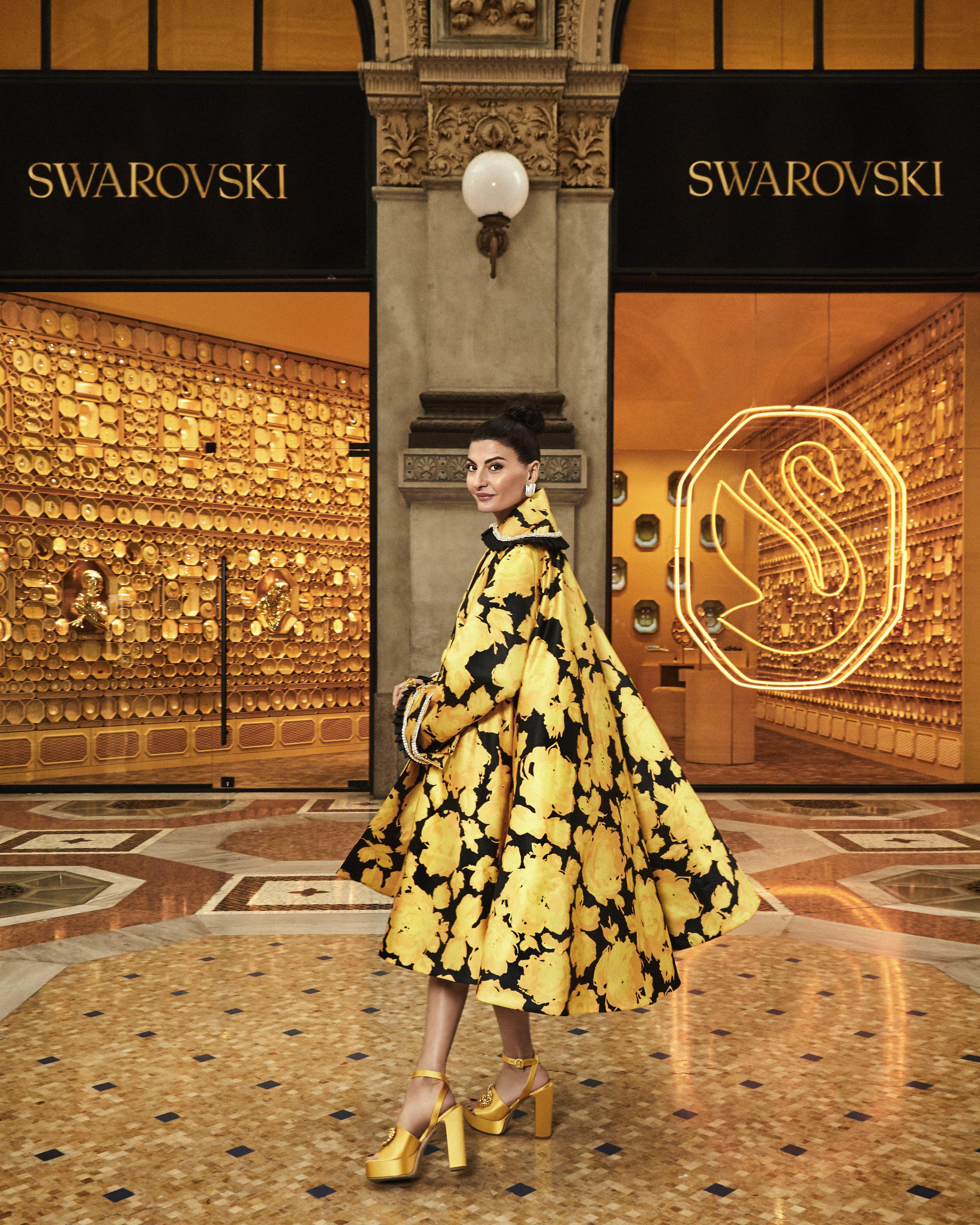 Cappotto over dalla fantasia floreale, RICHARD QUINN; gioielli, SWAROVSKI; scarpe, GIANNICO.