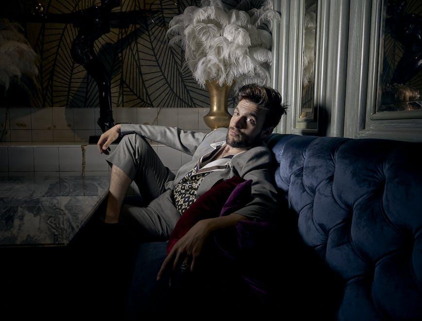 Nella foto Lorenzo Adorni indossa un total look VALENTINO