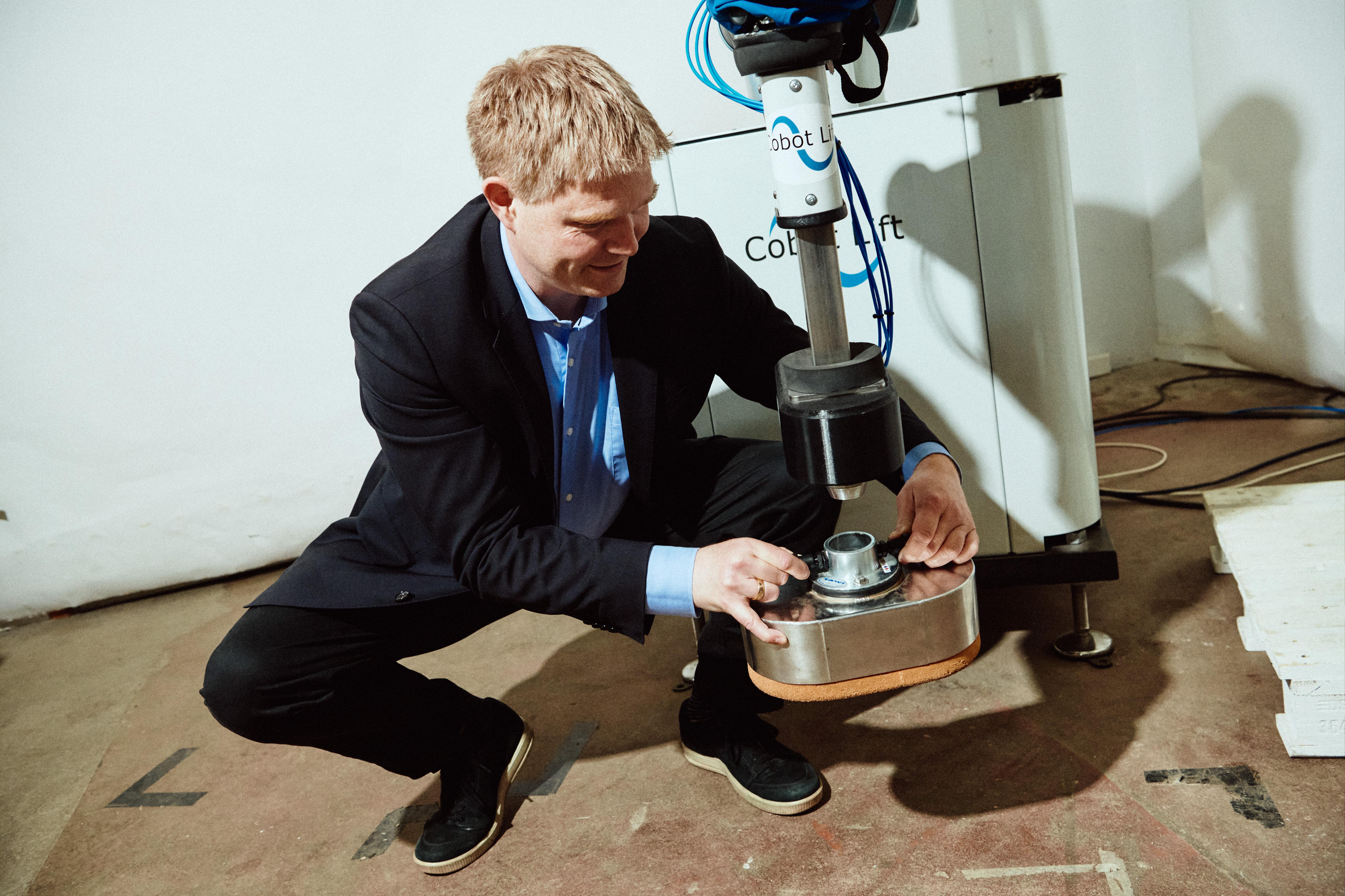 Henrik Elm Gulløv CEO of Cobot Lift demonstrating their robotics solutions