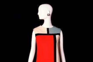 Image: Robe hommage à Piet Mondrian © Musée Yves Saint Laurent Paris. Photo: Alexandre Guirkinger