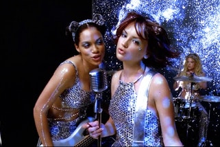 Still from Josie and the Pussycats, 2001