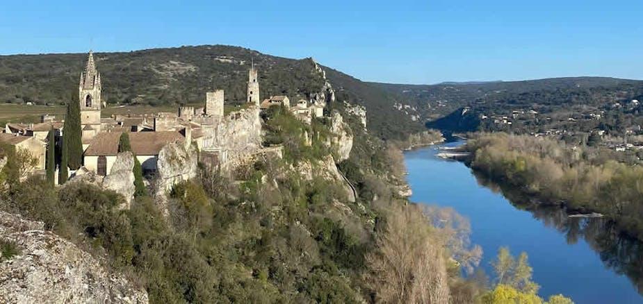 Aiguèze, village médiéval, classé l'un des plus beaux villages de France.