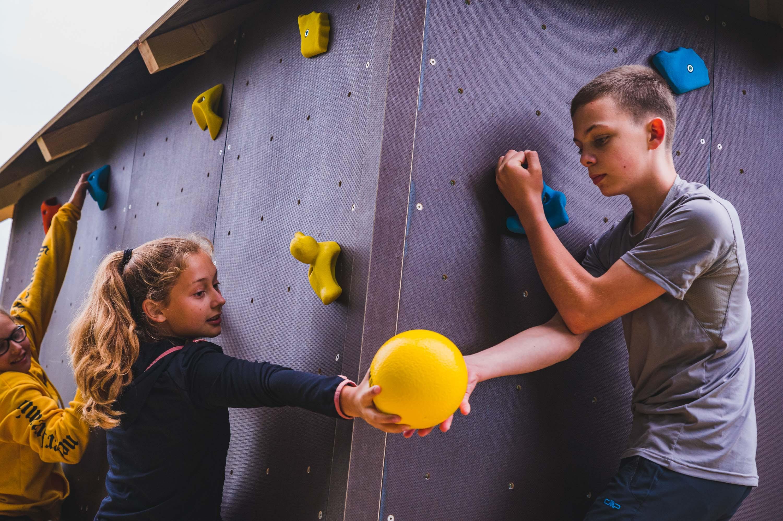 Kinder spielen am Boulderwürfel