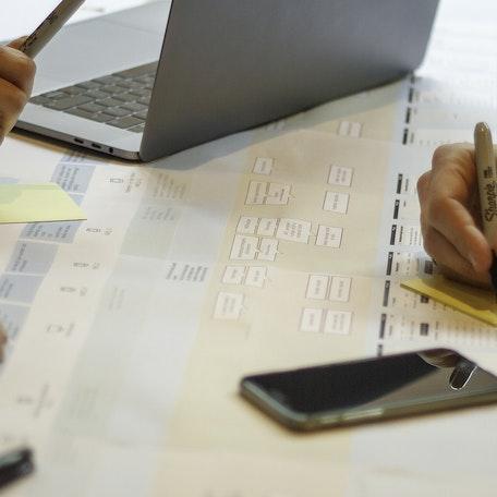 Mensen schrijven op sticky notes om een klantreis in kaart te brengen