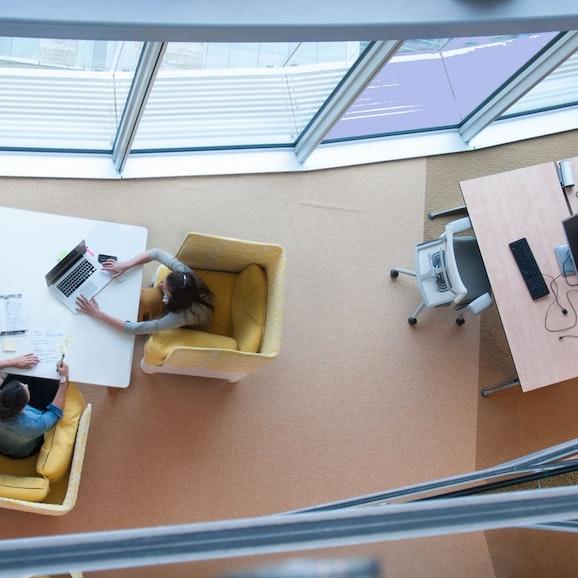 Een moderne, flexibele kantoor-omgeving, van bovenaf gezien