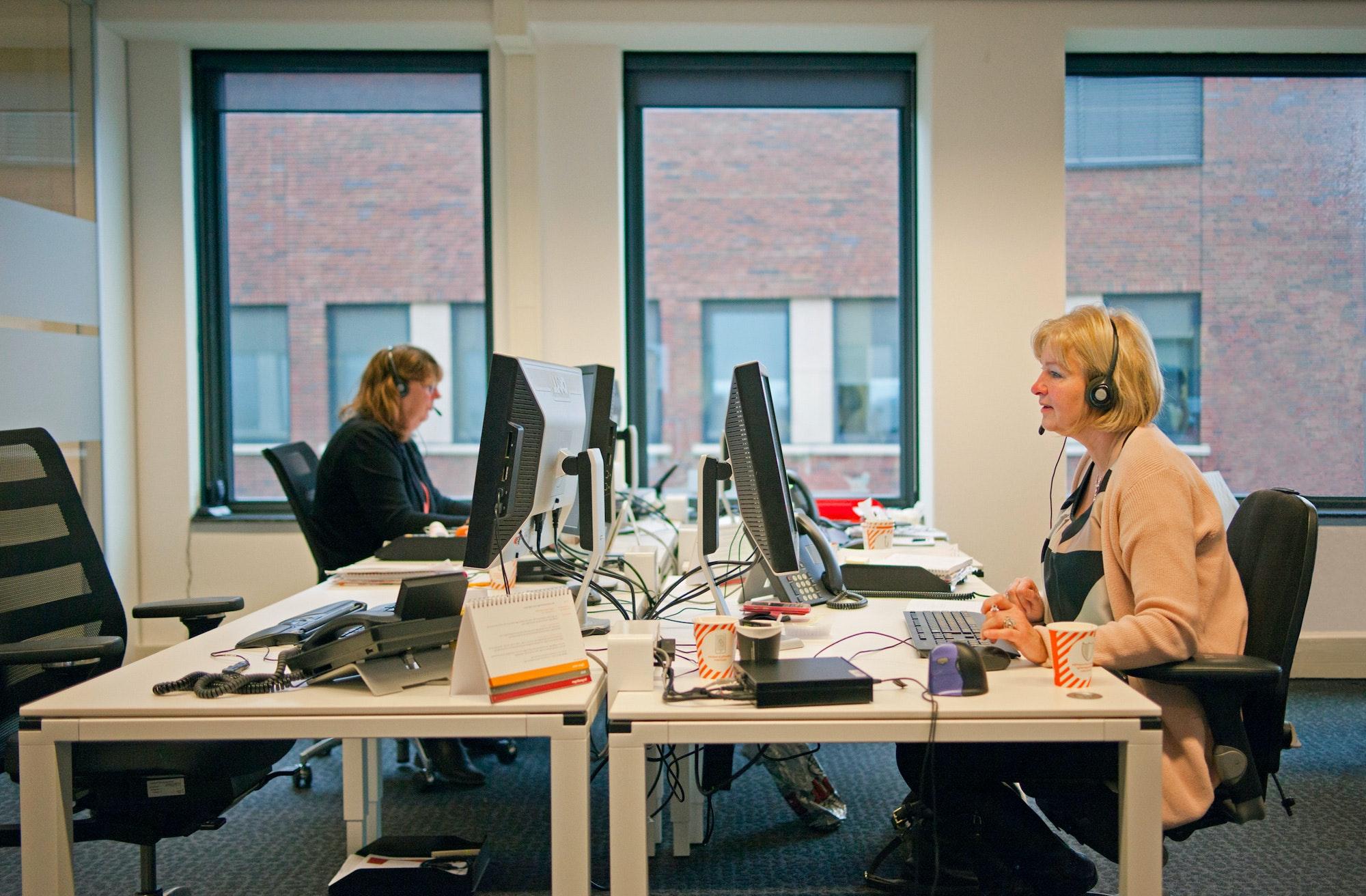 Twee medewerksters van het callcenter van CZ