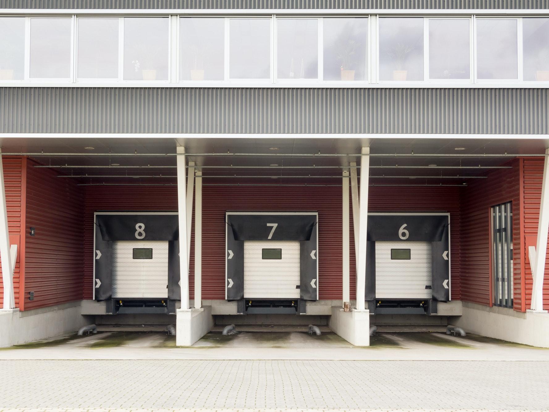 De laad- en los- platforms voor vrachtwagens bij een magazijn