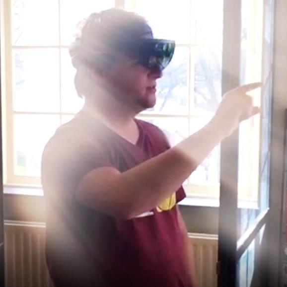 Twee mannen, waarvan er een een AR-bril (augmented reality) draagt