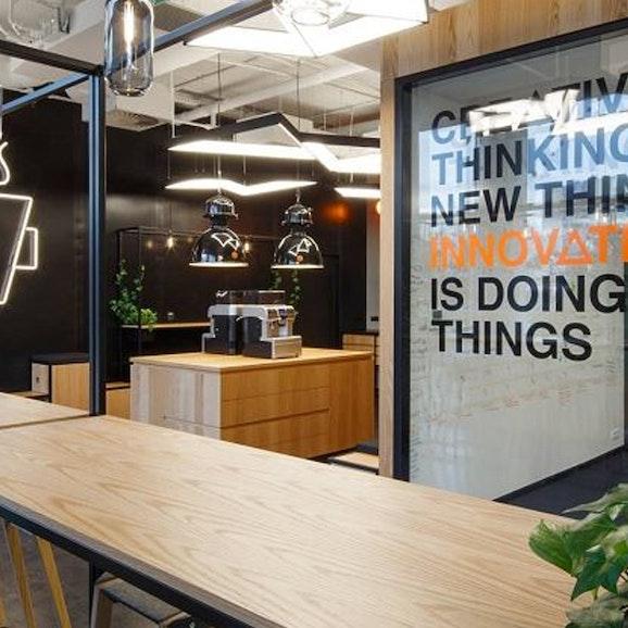Een modern, lab-achtig kantoor