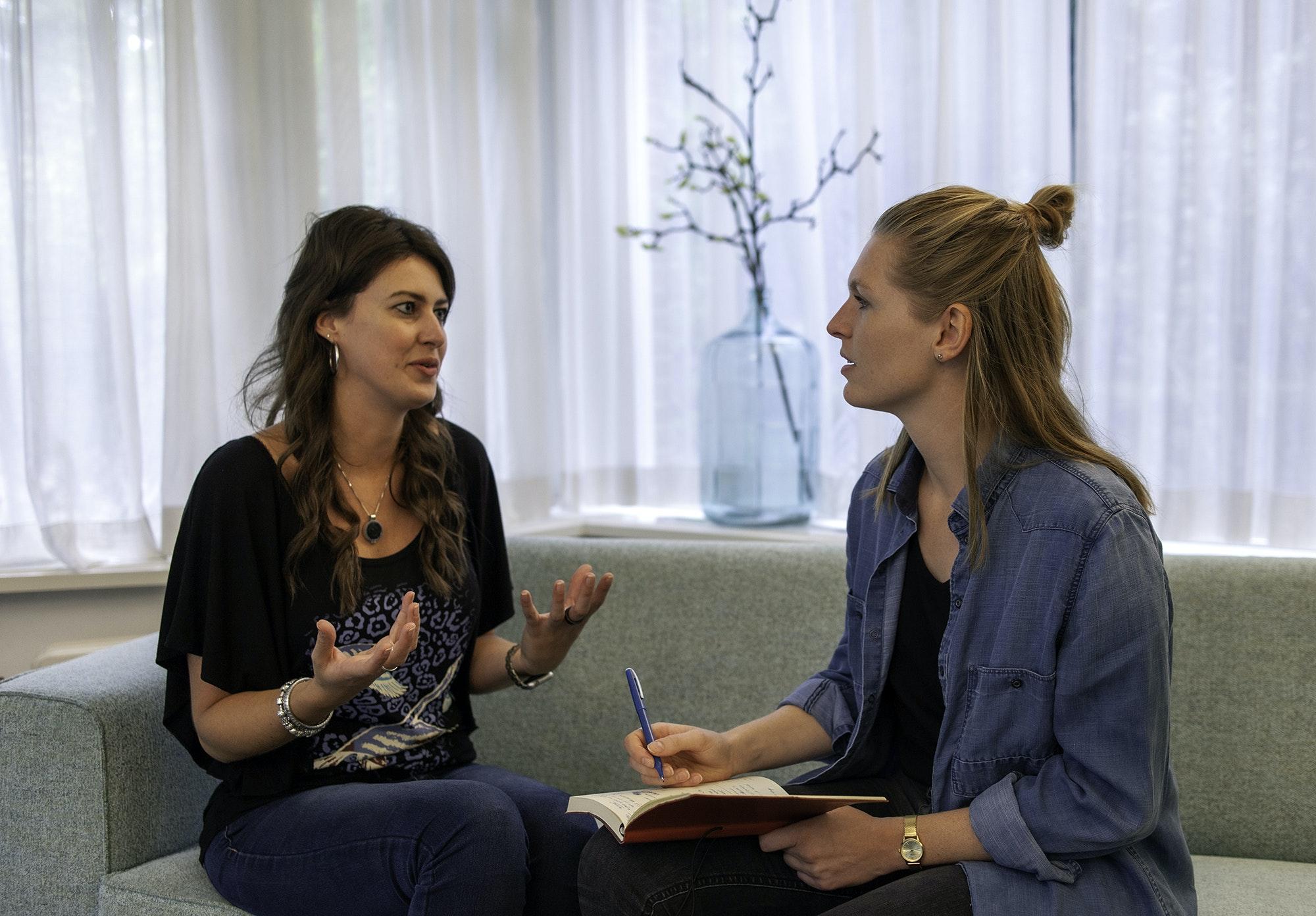 twee-dames-op-een-bank-interview