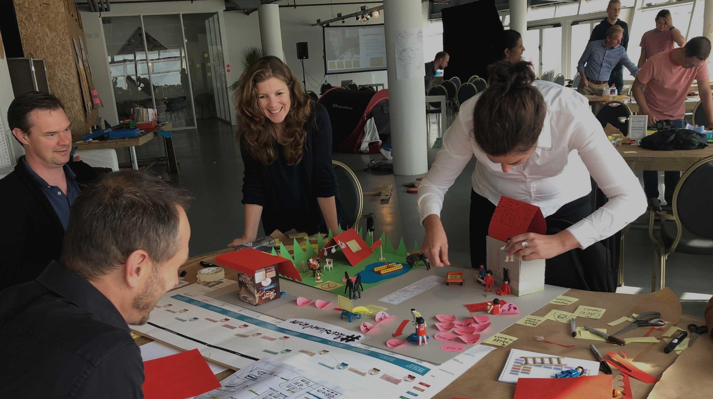 Deelnemers hard aan het werk tijdens een service design masterclass