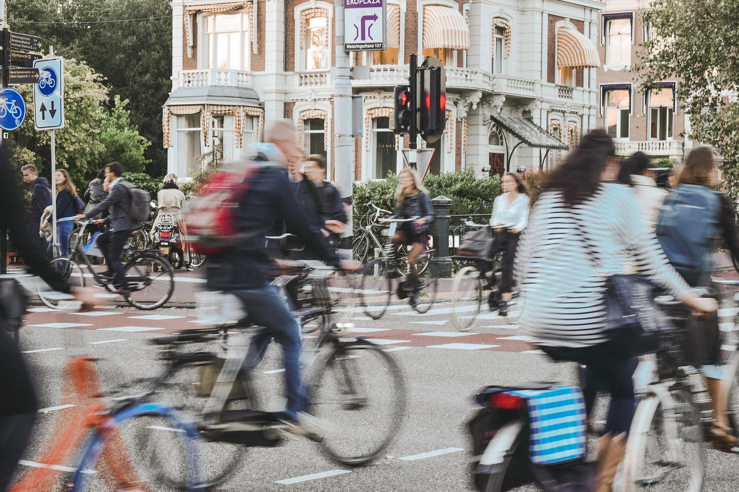 Fietsers op een kruispunt in Amsterdam