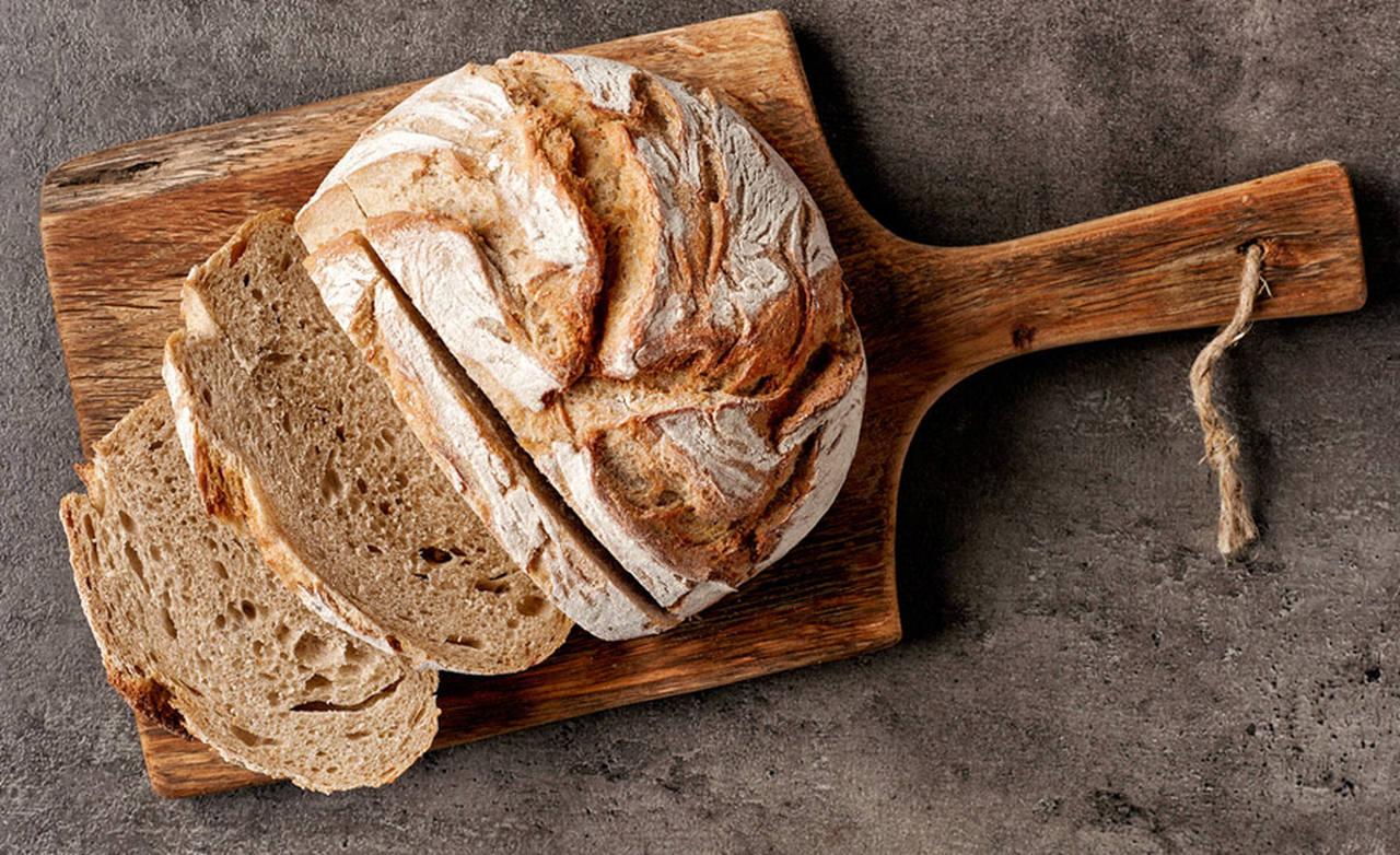 ekmek kesme tahtasi üzerinde dilimlenmiş tam buğday ekmegi