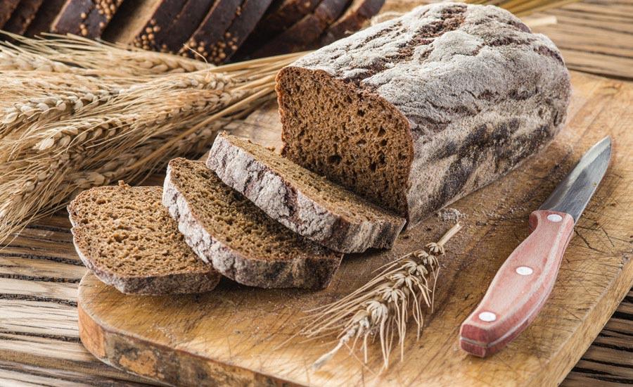 ekmek tahtası üzerinde cavdar ile hazırlanmış yöresel ekmek
