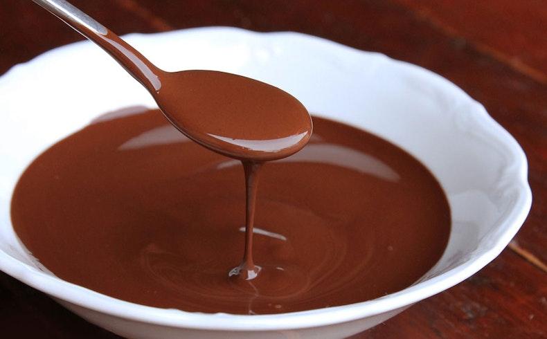 Evde Çikolatalı Sos Nasıl Yapılır? Pul Çikolata ile Pratik Profiterol Tarifi