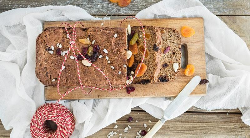 kuru meyvelerle hazırlanmış ev ekmeği