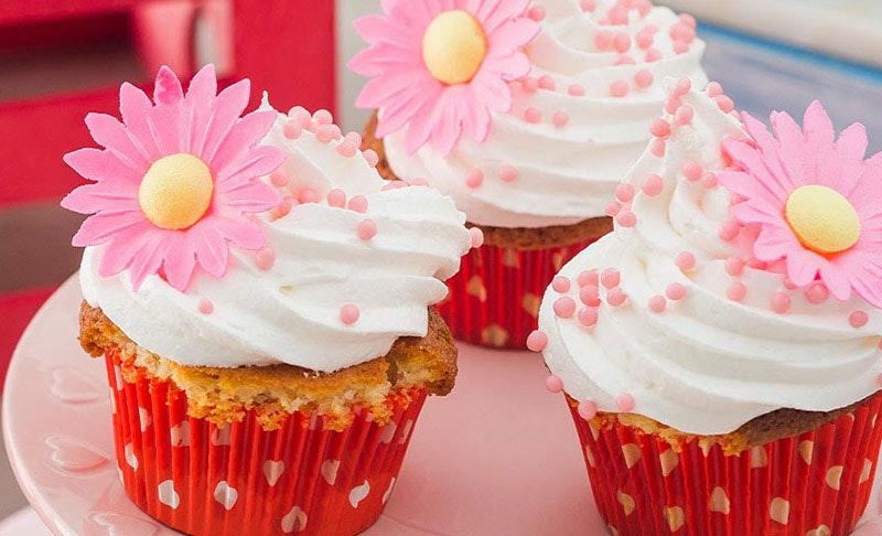 dekor şekerle süslenen cupcake'ler