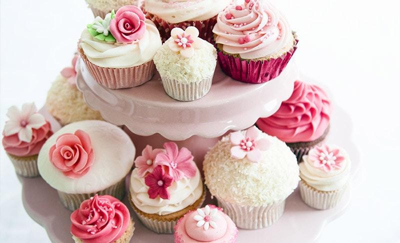 çeşitli süslemelerle dekore edilmiş cupcake'ler