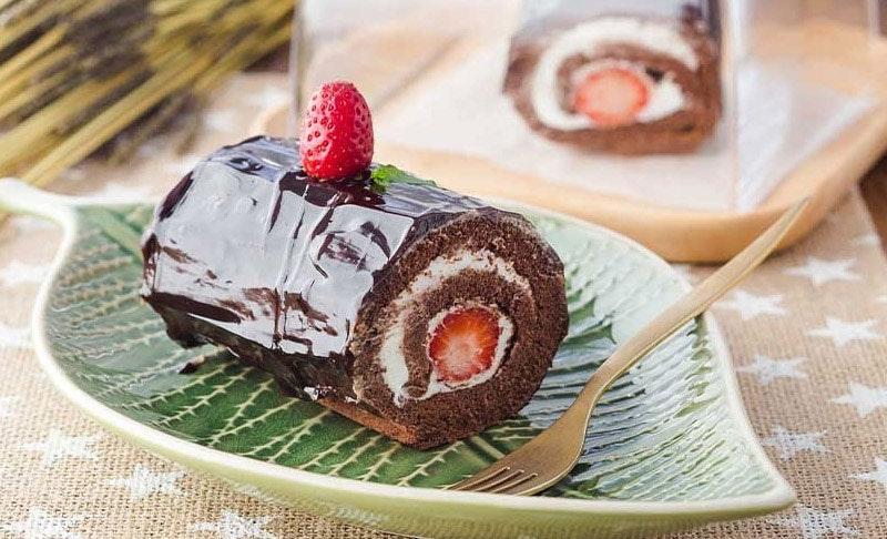 çikolatalı ve çilekli rulo pasta
