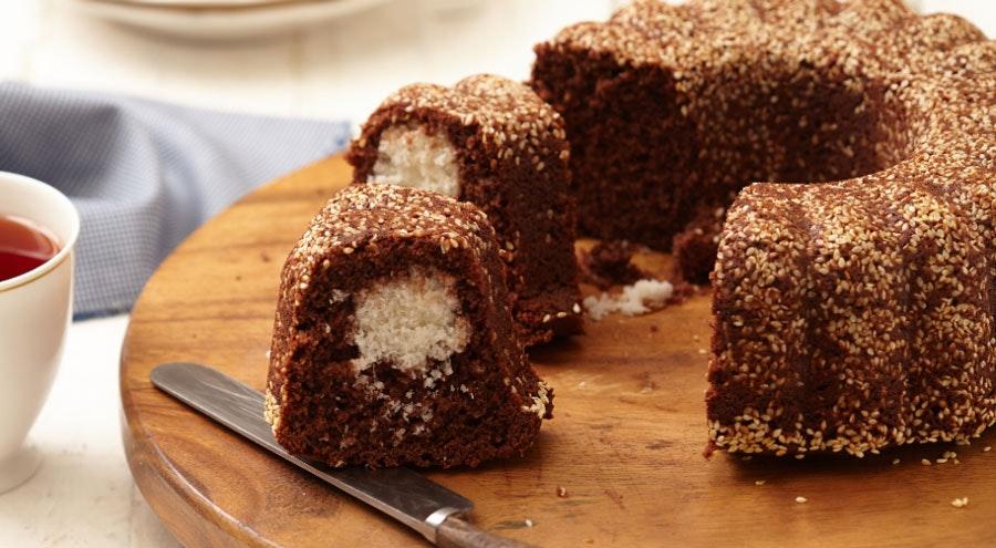 Hindistan cevizi toplu ve susamlı kakaolu kek
