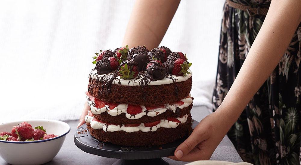 Kakaolu ve çilekli 3 katlı kek