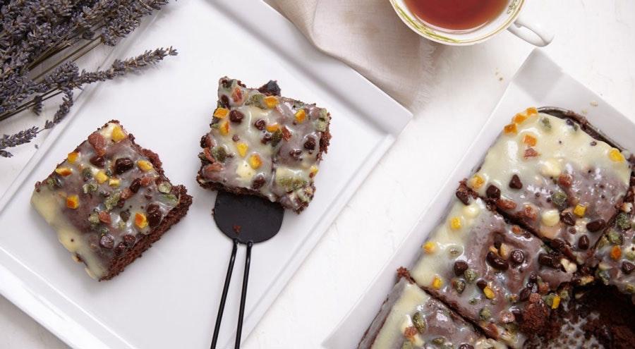 Beyaz çikolatalı ve kuru meyveli kakaolu kek