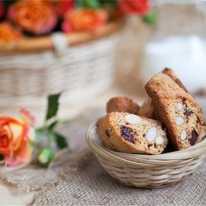Bademli ve Parça Çikolatalı Çay Bisküvisi Tarifi