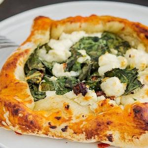 Pazılı ve Kırmızı Soğanlı Mini Pizza Tarifi