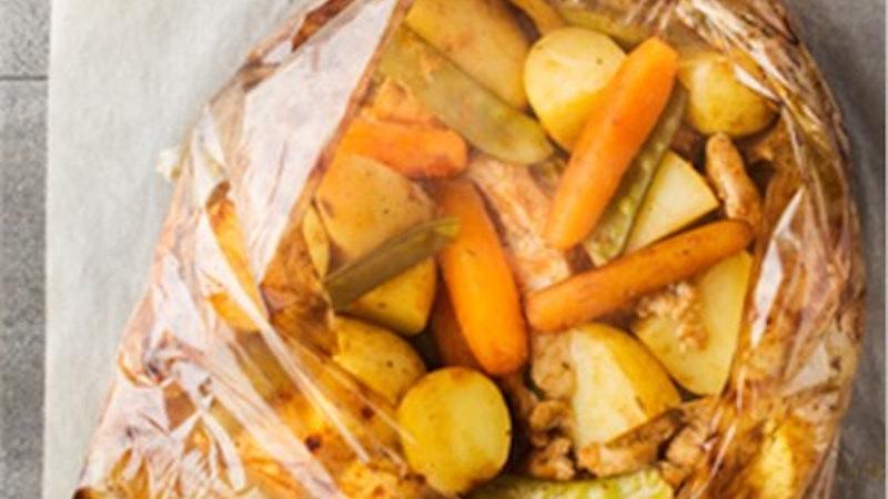 Fırın Poşetinde Garnitürlü Tavuk ve Domatesli Pilav Tarifi