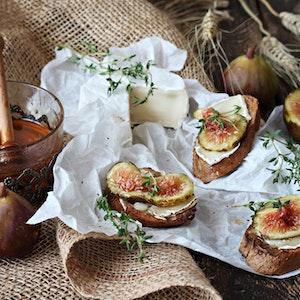 Tam Buğday Ekmek Üstü Keçi Peynirli Bruschetta Tarifi