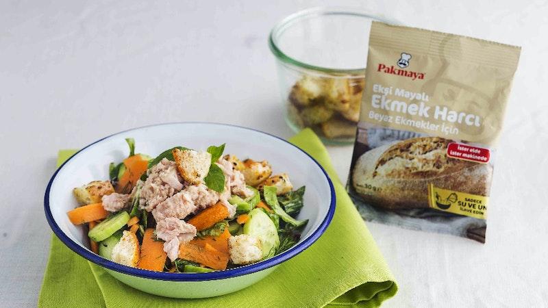 Ton Balıklı ve Ekmekli Salata Tarifi