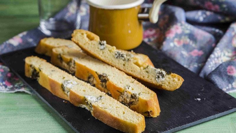Süzme Peynirli ve Taze Otlu Tepsi Ekmeği Tarifi
