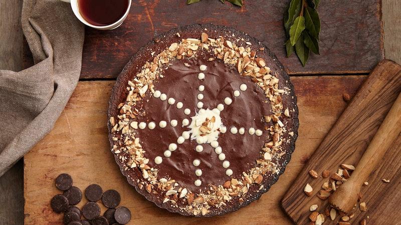 Bol Çikolatalı ve Bademli Kek Tarifi