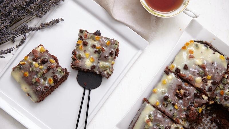 Beyaz Çikolatalı ve Kuru Meyveli Kakaolu Kek Tarifi