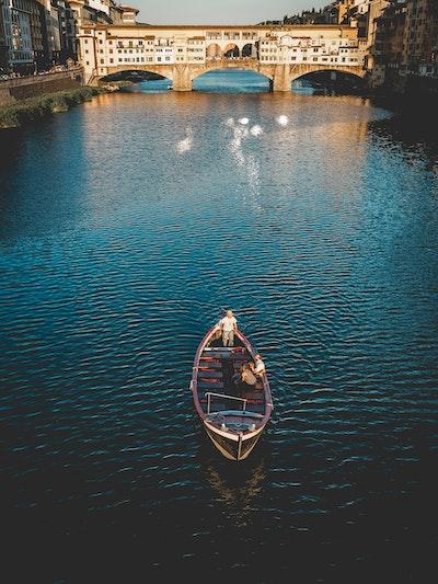 In barca sotto Ponte Vecchio service acacia firenze