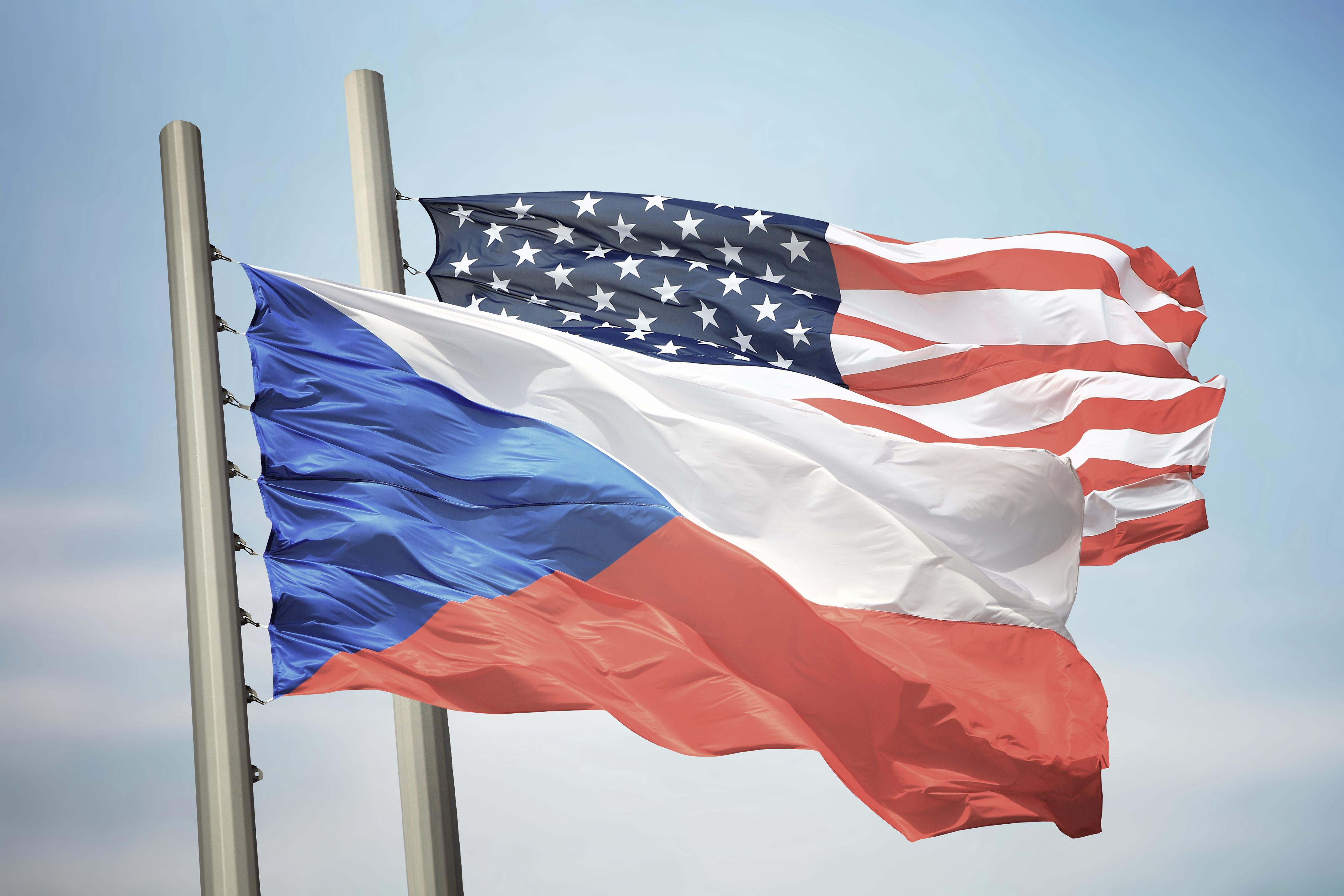 Společně vyvěšené vlajky České republiky a USA symbolizující dobré vzájemné vztahy