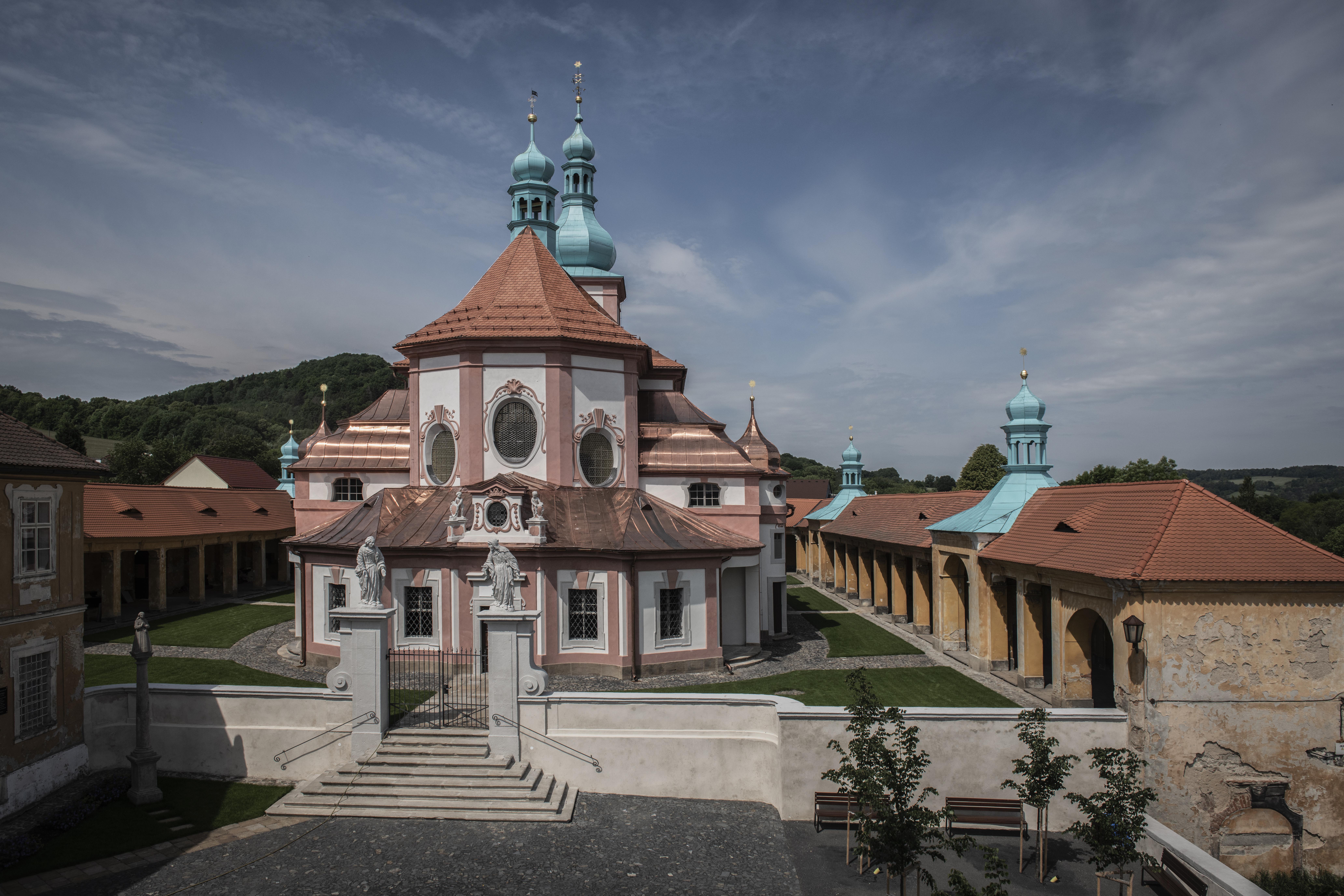 Celkový pohled na obnovený poutní areál v Horní Polici.