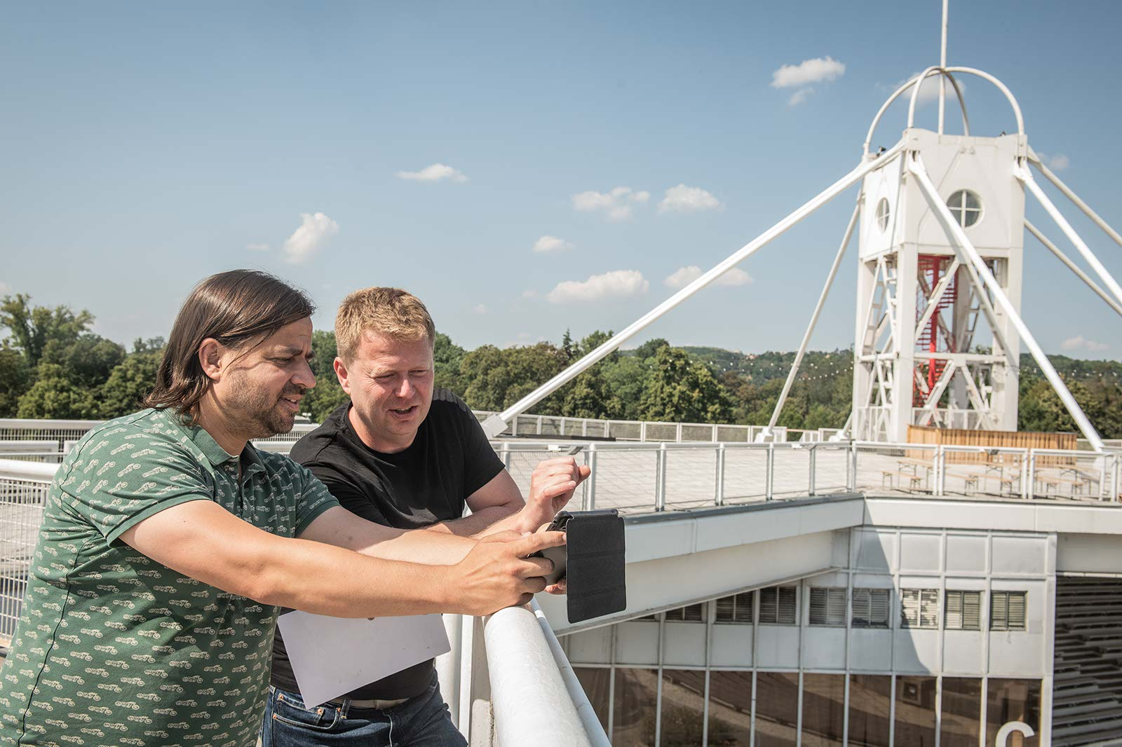David Gaydečka a Martin Voňka na střeše Křižíkova pavilonu na pražském Výstavišti plánují Půlmetronome
