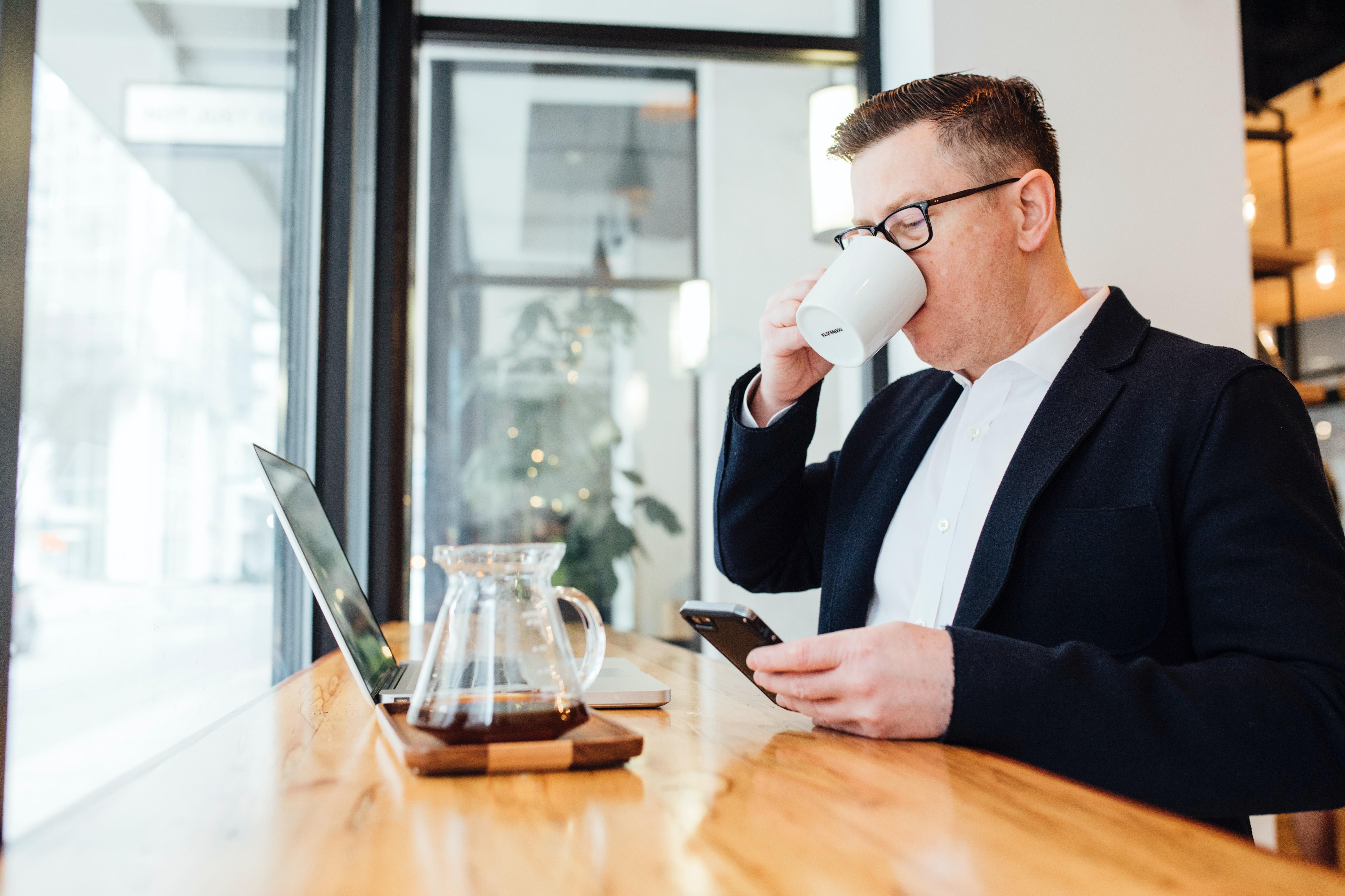 Bernhard trinkt Kaffee