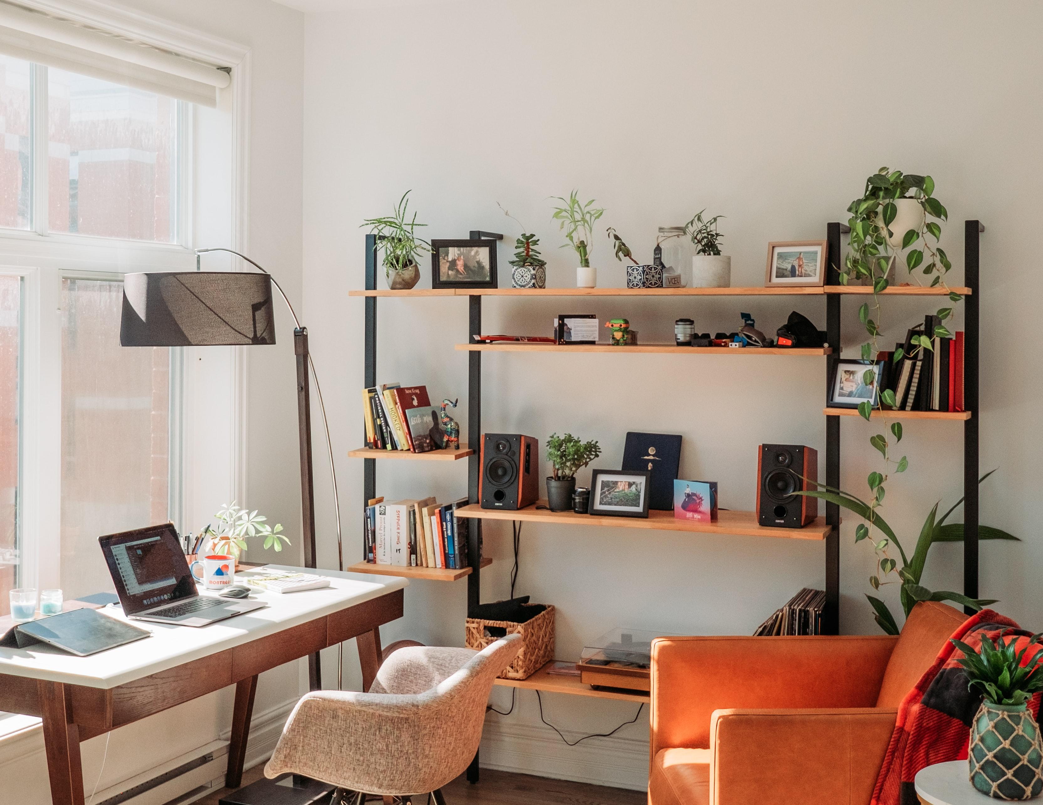 Home Office mit Fensterblick