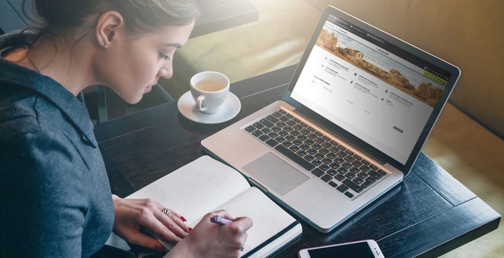 Employee working at laptop for Agentschap Natuur en Bos